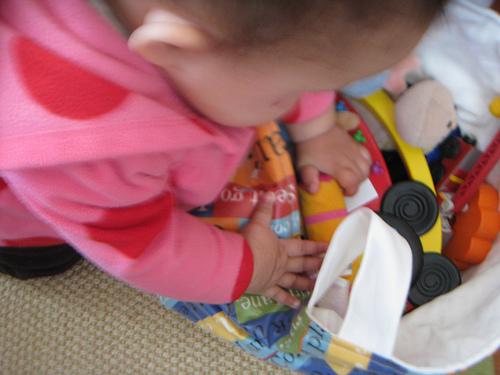Bebé escogiendo un juguete