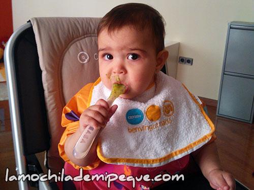 Emma comiendo sola crema de calabacín con cuchara
