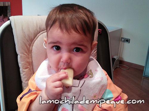 Emma comiendo pera