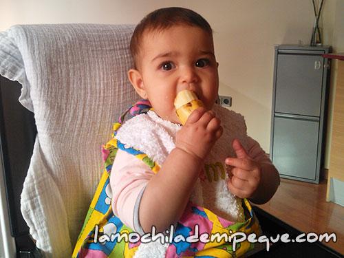 Emma comiendo plátano