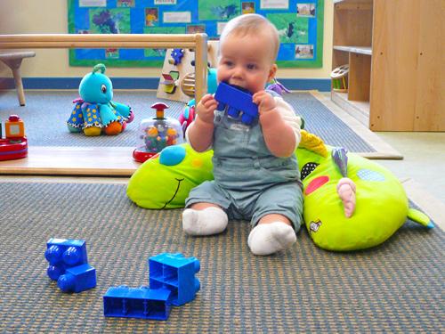 Niño jugando en guardería