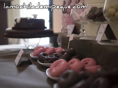 Rosquillas rosas y marrones