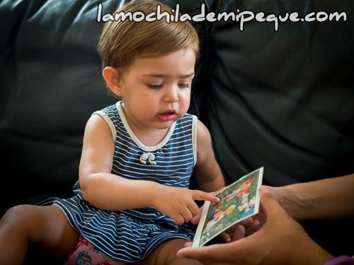Emma mirando una postal infantil