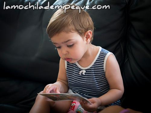 Mirando una postal infantil