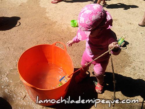 Emma jugando con el agua en la ludoteca del Parque de la Ciudadela