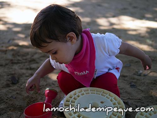 Emma jugando con la arena en la ludoteca del Parque de la Ciudadela