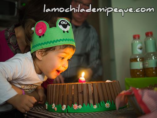 Soplando pastel de cumpleaños cerditos
