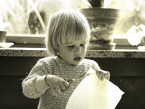 Niño recortando con tijeras
